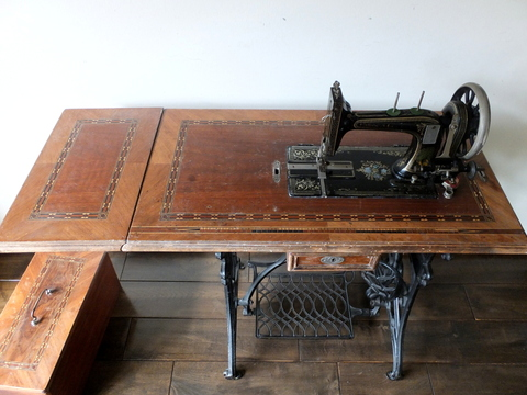 Sewing Machine (FAUDELS LTD. LONDON) - 足踏みミシン -